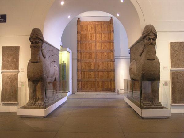 Древние статуи, разбитые исламистами в музее иракского города Мосул, оказались подделками