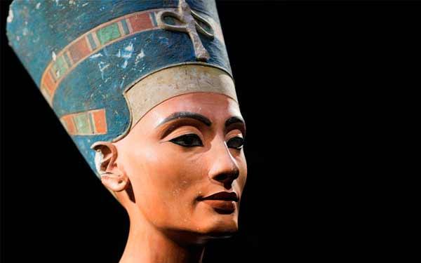 Бюст Нефертити —  гипсовый памятник вечной красоте