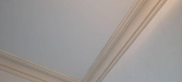 Подбор и монтаж лепных карнизов на потолок и стыков стен