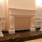 472; Гипсовый камин и колонны в интерьере