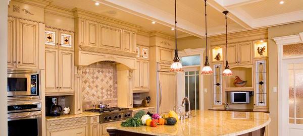Лепной декор в интерьере кухни – практичная торжественность