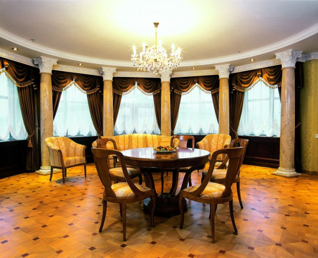 Колонны из гипса в гостиной