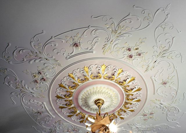 Лепнина из гипса в интерьере квартиры на потолок