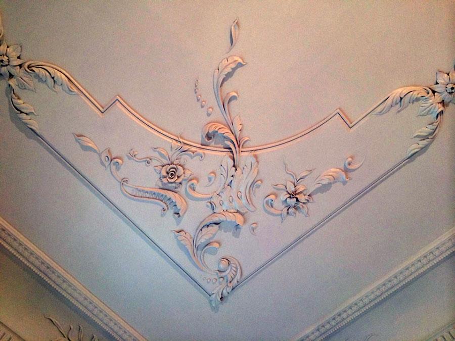 Гипсовая лепнина на потолке