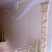 26; Оформление лестницы гипсовым декором