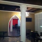 69; Колонны с капителями в интерьере ресторана